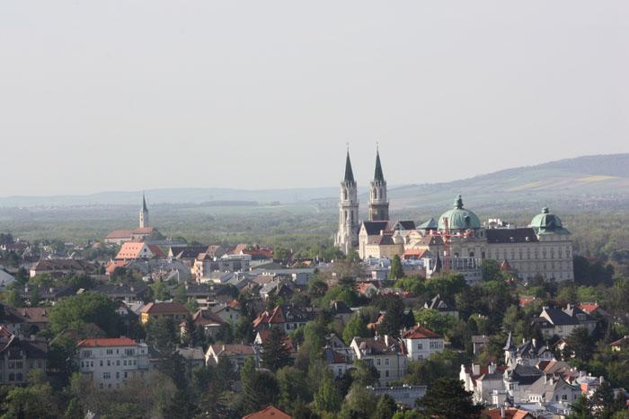 Aussicht über die Stadt Klosterneuburg und das Stift Klosterneuburg
